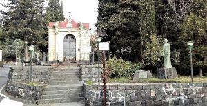 Nicolosi, la cappella dedicata al Velo di Sant'Agata e accanto la statua del Cardinale Dusmet (foto Gaetano Perricone)