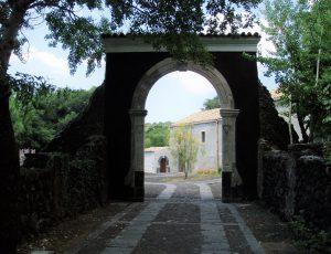 L'ingresso al Monastero di San Nicolò l'Arena, a Nicolosi – Foto S. Scalia