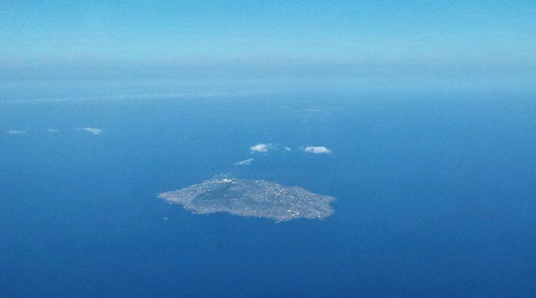 L'isola di Ustica dall'aereo – Foto S. Scalia