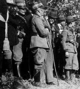 Vittorio Emanuele III osserva il fronte lavico