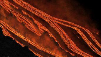 Etna. Come fiumi impetuosi, i bracci di lava si gettano in valle del bove.