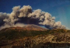 Immagini delle prime fasi dell'eruzione nel versante nord-est (da cartoline postali della mia collezione personale)