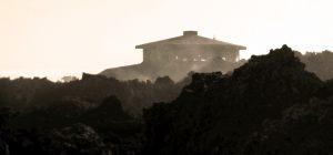 Eruzione 1971 – l'agonia del vecchio Osservatorio vulcanologico di quota 3000 (foto S. Scalia)