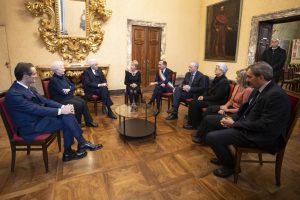 Il Presidente con alcuni parenti delle vittime della strage e il sindaco Sala