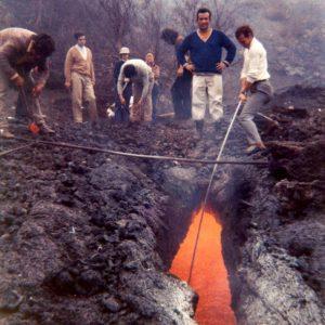 Eruzione 1971 – Bocche di Serracozzo: produzione artigianale di portacenere di lava (foto S. Scalia)