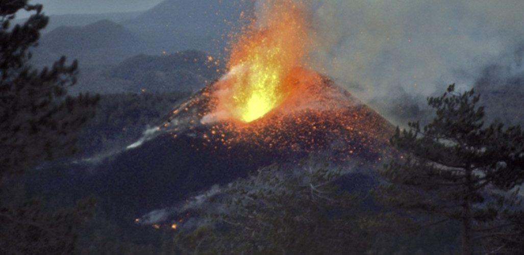 Attività esplosiva la notte del 3 febbraio 1974, vista da Monte Rosso (Foto Jean-Claude Tanguy)