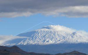 Ipotetica ricostruzione del Vulcano Ellittico, alto più di 3600 metri (da una foto dell'autore)