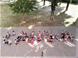 Una coreografia di alunni con il nome dell'Istituto