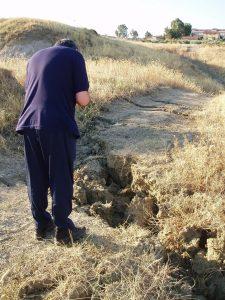1 Effetti sismici sul terreno presso il Villaggio Santa Barbara – 8 agosto 2008 (Foto S. Scalia)