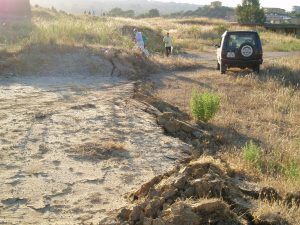 2 Effetti sismici sul terreno presso il Villaggio Santa Barbara – 8 agosto 2008 (Foto S. Scalia)